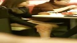 Voyeuraussicht auf bestrumpfte Teenybeine in Heels
